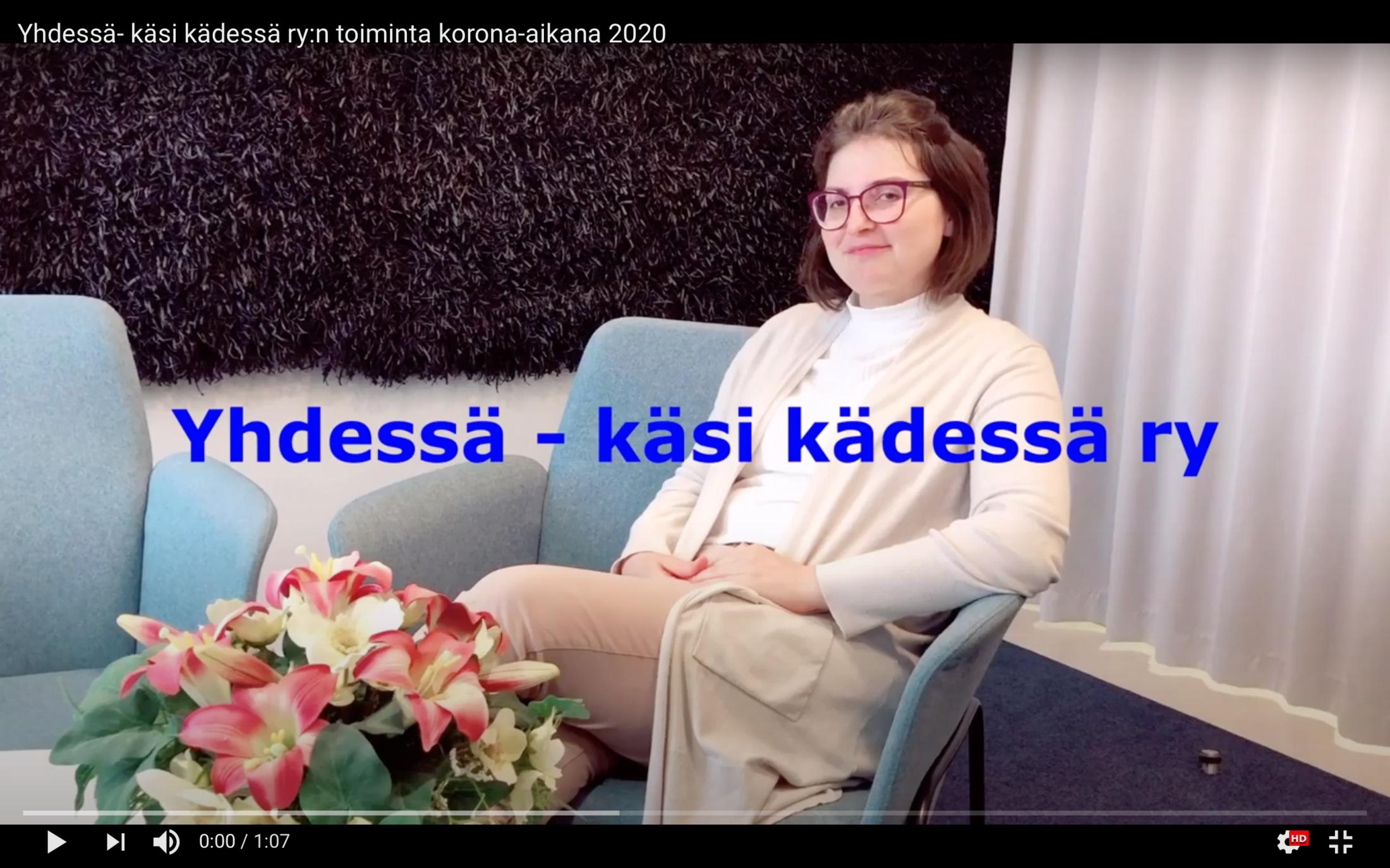 Kuvakaappaus YouTube-videosta. Kuvassa Yhdessä - käsi kädessä ry:n puheenjohtaja Egezona Kllokoqi-Bublaku
